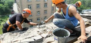 На улице Гафеза восстанавливают кровлю многоэтажки