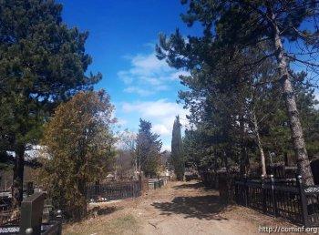 Коммунальщики убирают столичные кладбища к Пасхе