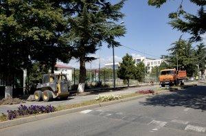 В столице Южной Осетии обновляют газоны