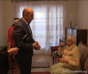 Мэр Цхинвала передал 87-летней жительнице подарок от президента