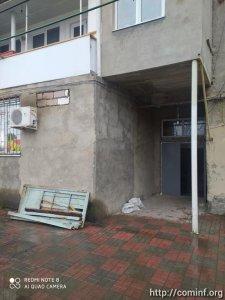 В Цхинвале меняют двери подъездов многоэтажных домов