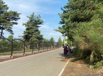 Сотрудники комбината благоустройства убрали территорию  национального пантеона